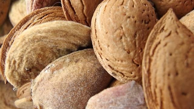 15 alimenti miracolosi per una pelle luminosa: Mandorle