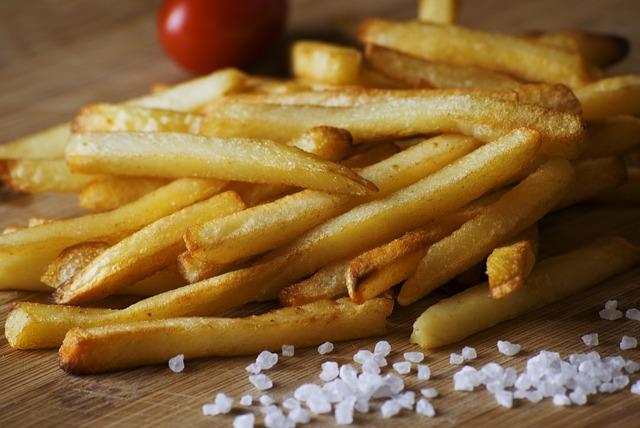 11 cibi da evitare per perdere peso: patatine fritte e patatine in busta