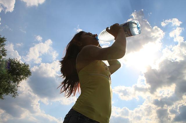 5 cose che devi fare per sembrare più giovane di 10 anni: evitate la disidratazione cronica