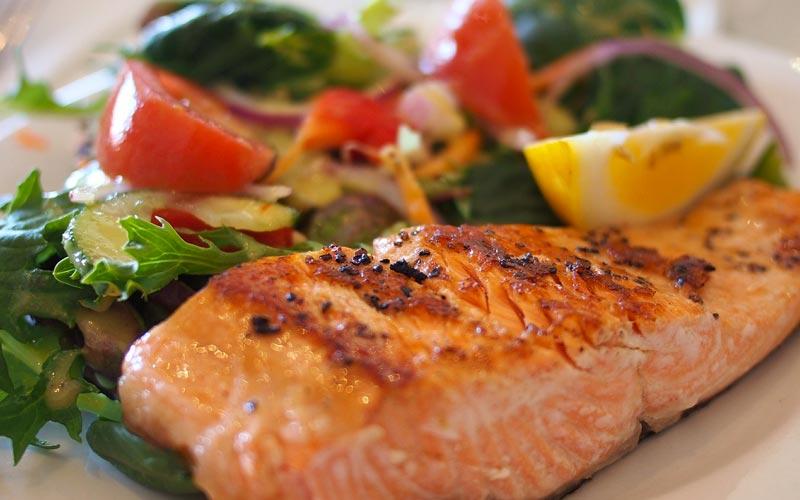 salmone-insalata-pmodori